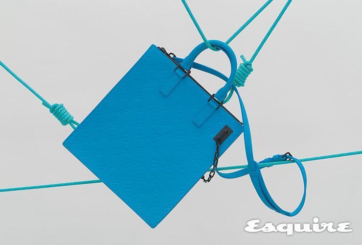브랜드를 상징하는 모노그램이 곳곳에 새겨진 푸른색 가방 가격 미정 루이 비통.