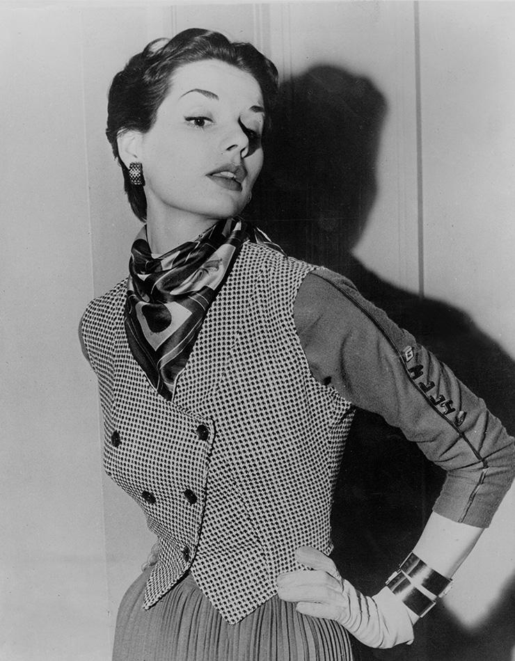 웨이스트코트에 스카프, 뱅글, 장갑 등으로 세련된 스타일링을 완성한 1950년대 여인.