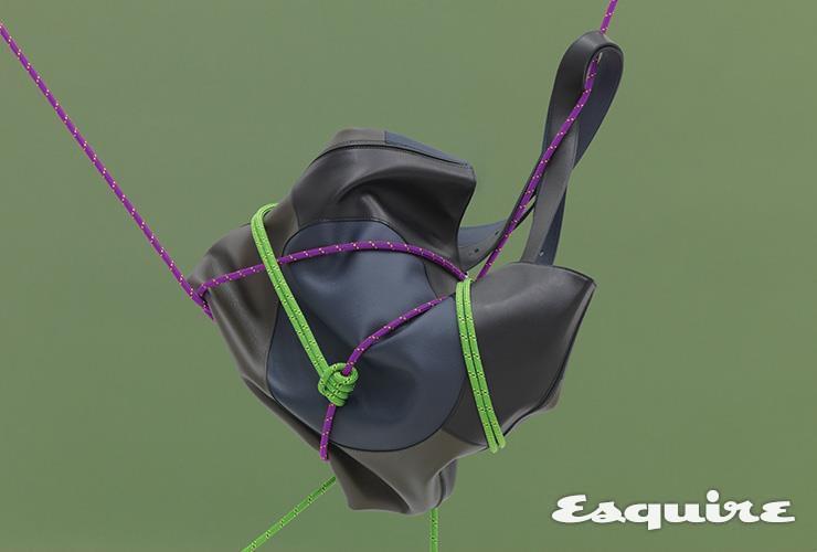 부들부들한 소재를 사용해 형태를 자유자재로 잡을 수 있는 토트백 가격 미정 에르메스.