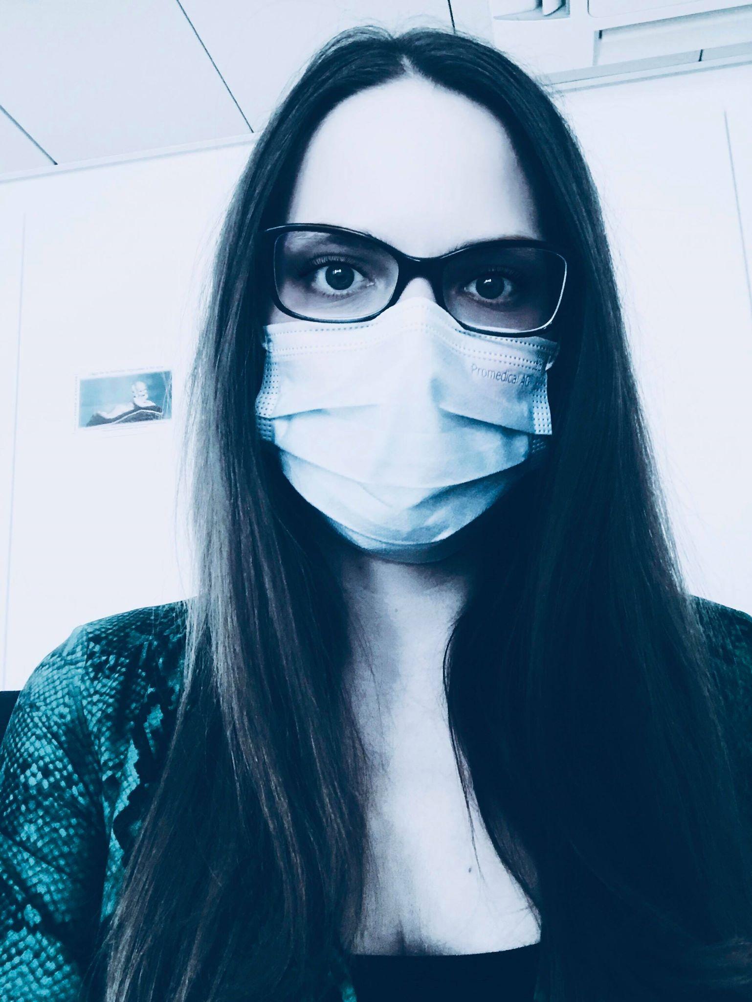 의료기관에서 일을 하기 때문에 늘 마스크를 착용한다. Photo by Sophie Berger