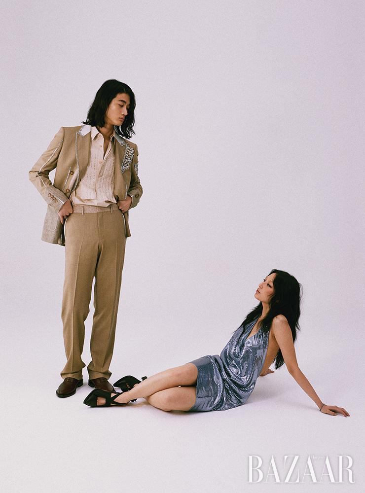 범종이 입은 수트 재킷, 셔츠, 팬츠, 옥스퍼드 슈즈는 모두 Burberry. 노아가 입은 드레스는 6백31만원 Bottega Veneta. 스트랩 힐은 1백28만원 Burberry. 팔찌는 에디터 소장품.