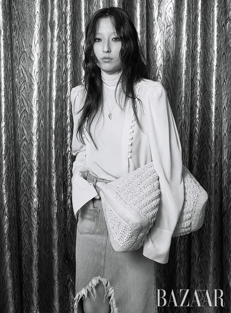 블라우스, 데님 스커트는 모두 Givenchy. 목걸이는 41만원 Alighieri by Mue. 크로셰 라피아 백은 2백80만원 Valentino Garavani.