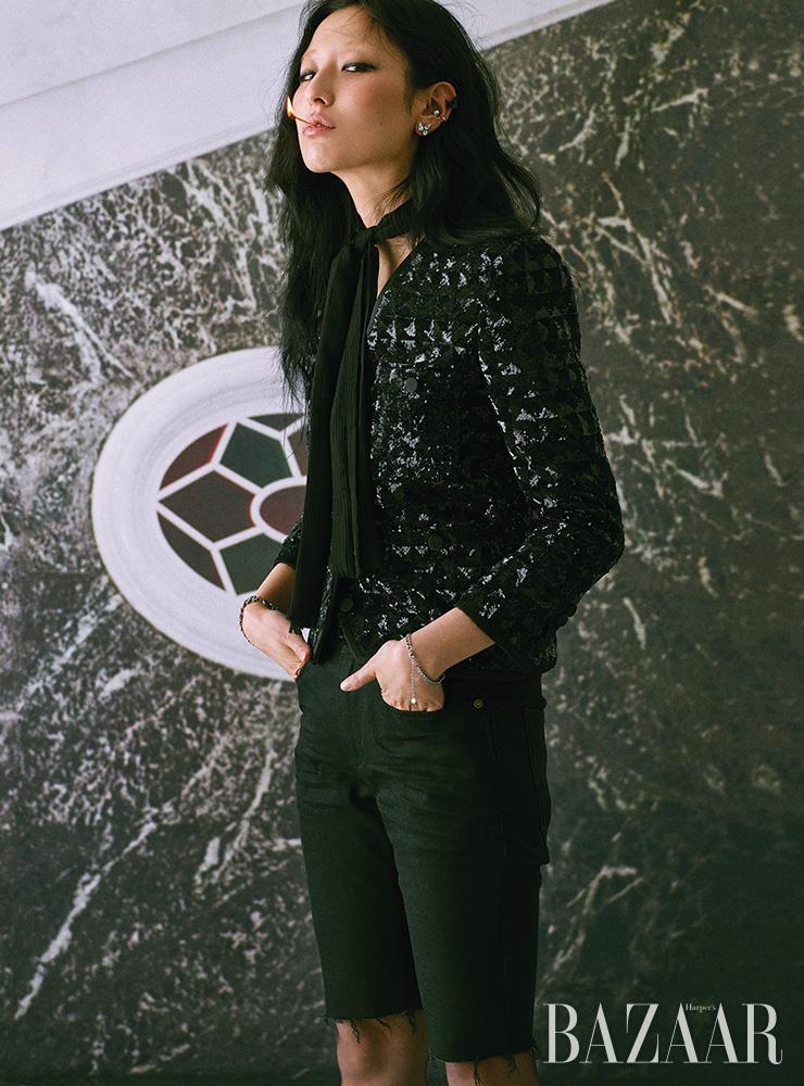 재킷, 데님 팬츠, 귀고리, 스카프, 오른팔에 착용한 팔찌, 벨트, 스타킹은 모두 Saint Laurent by Anthony Vaccarello. 왼팔에 착용한 체인 팔찌는 에디터 소장품.