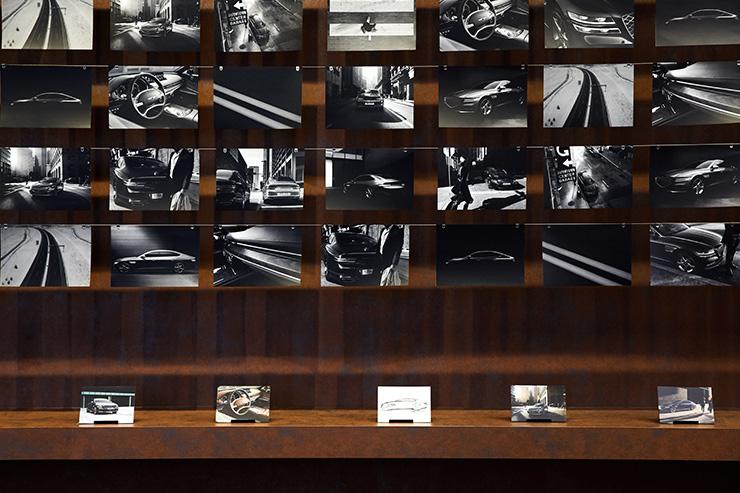 쉐도나 브라운 색상의 제네시스 G80과 제네시스 스튜디오의 Back Wall.