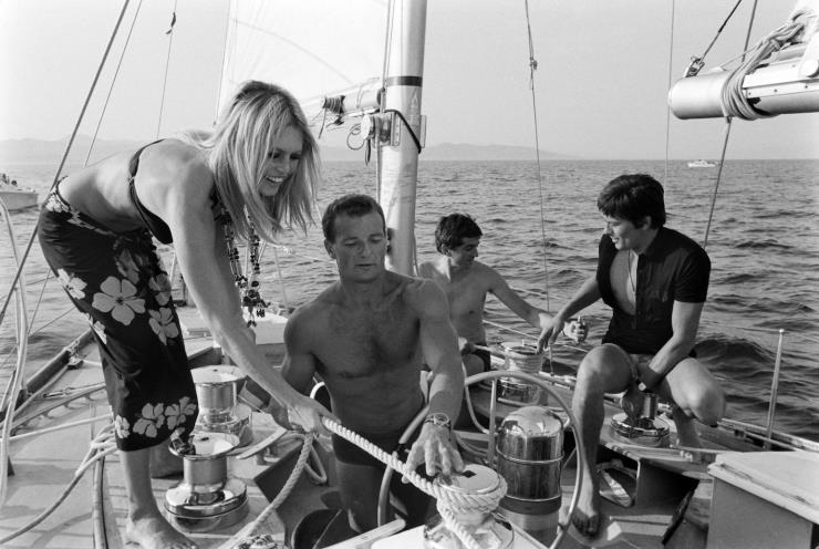 1968년, 생 트로페에서 요트를 타고 있는 브리짓 바르도, 알랭 드롱, 그리고 프랑스 요트왕 에릭 타바를리. 에릭 타바를리는 마린룩의 대중화의 중심에 있던 인물이다. @게티 이미지