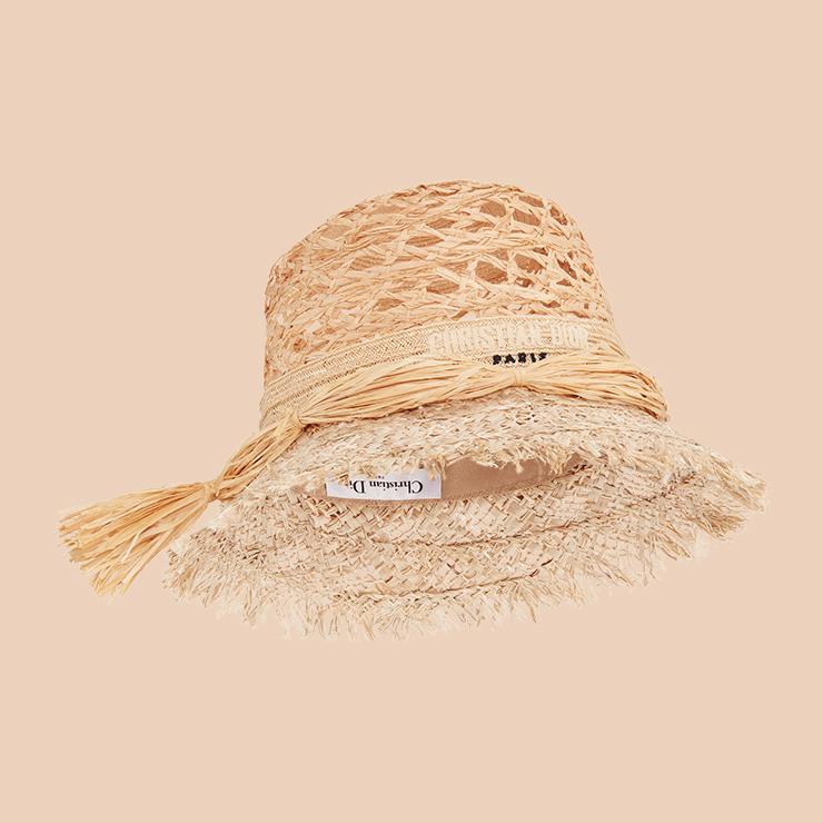 스트로 디테일 모자는 Dior.