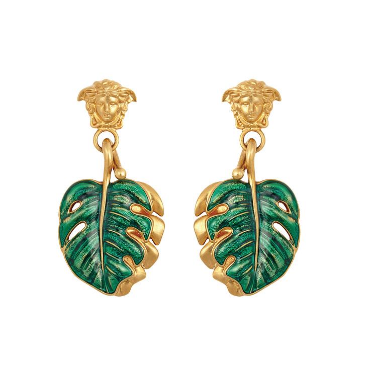 나뭇잎 모티프의 이어링은 가격 미정, Versace.