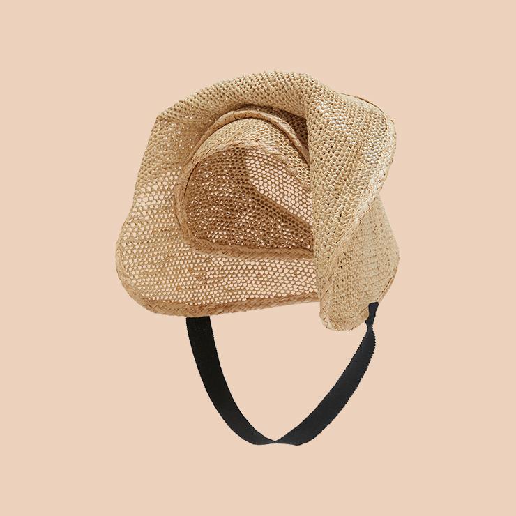 꽃을 연상시키는 스트로 모자는 2백50만원 Loewe.