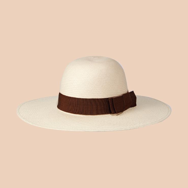 넓은 챙 모자는 1백37만원 Celine by Hedi Slimane.