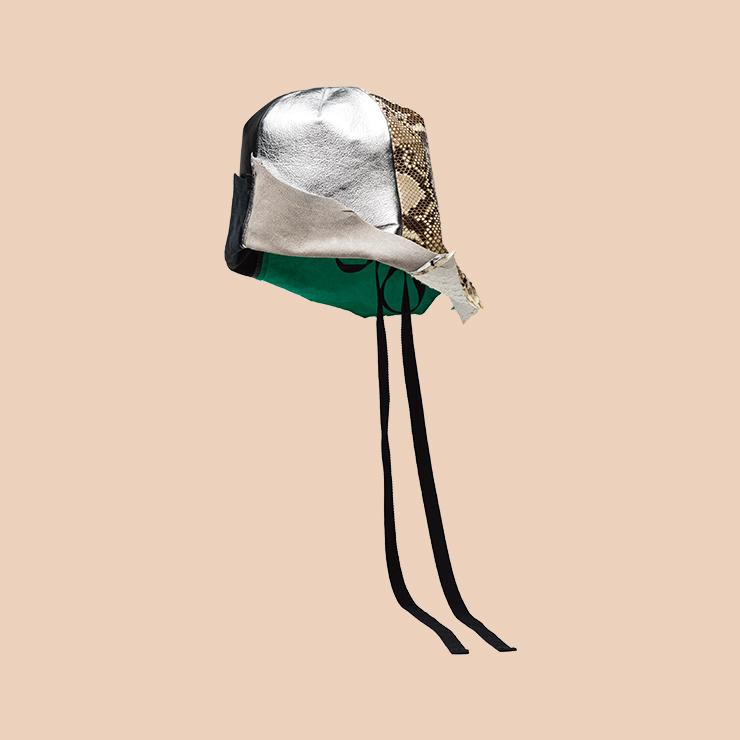 패치워크 디자인의 버킷 해트는 Prada.