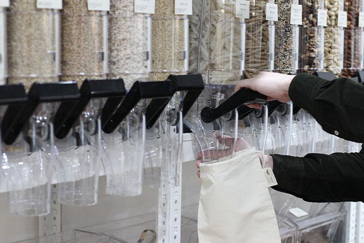 더 피커에서는 식료품 역시 에코 백에 담아 판매한다.