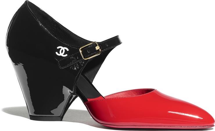 앞 코와 뒤꿈치 부분의 컬러를 다르게 구성한 메리제인 슈즈는 1백20만원대, Chanel.