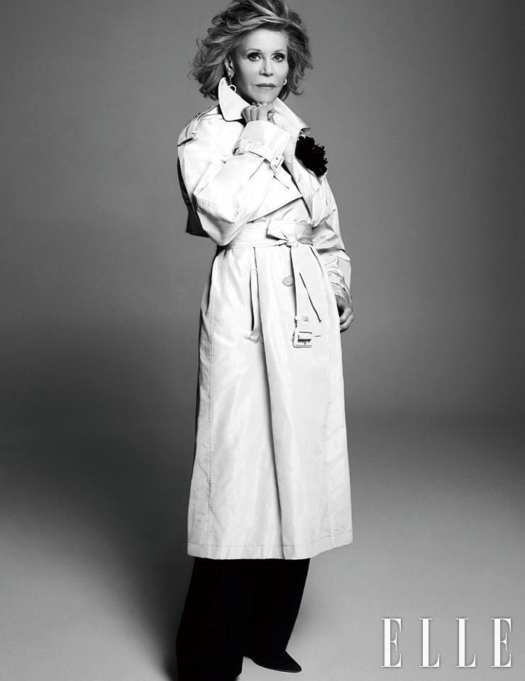파이유 트렌치코트와 르마리 브로치는 Alexandre Vauthier Haute Couture. 골드와 스와로브스키 크리스털 이어링은 Joanna Laura Constantine at Archives. 골드 링은 Charlotte Chesnais at Archives. 팬츠는 개인 소장품.
