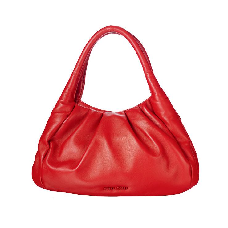 강렬한 레드 컬러의 핸드백은 가격 미정, Miu Miu.