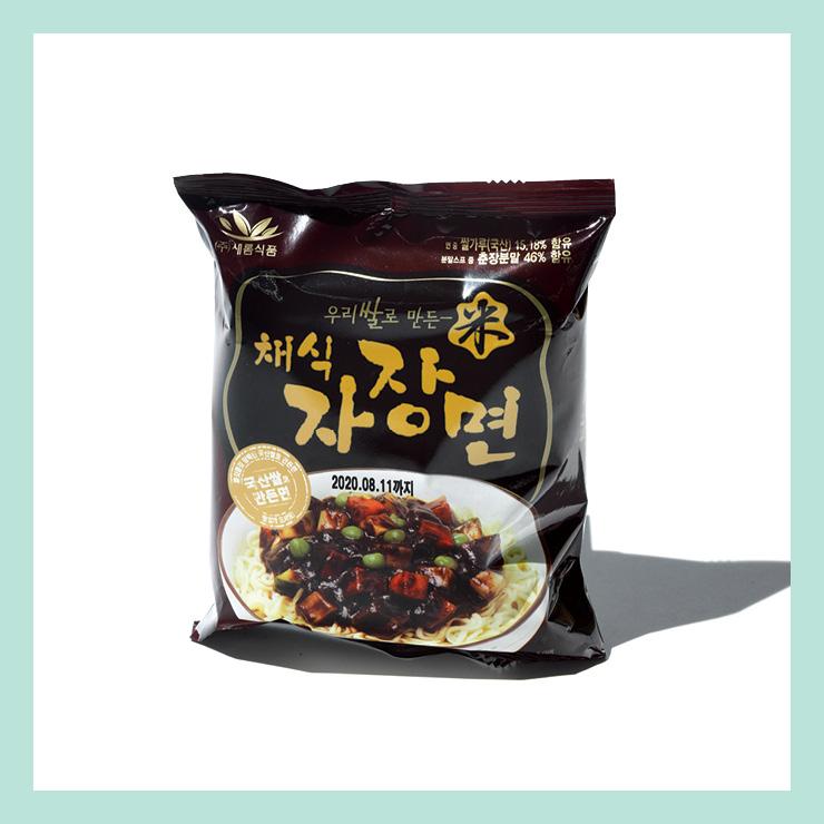 새롬식품의 우리쌀로 만든 채식자장면. 식물성 원료로 만들어 자극적이지 않고 순한 맛의 짜장 라면을 즐길 수 있다.