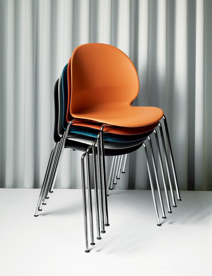 일곱 가지 색상의 셸과 크롬 및 모노크롬 다리로 이뤄진 N02™ 리사이클 의자는 38만원, Fritz Hansen.