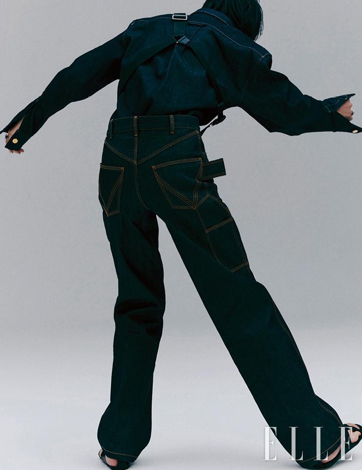 셀비지 데님 셔츠는 1백21만5천원, 팬츠는 1백17만원, 모두 Bottega Veneta. 어깨에 멘 슬링 백은 가격 미정, Ports V. 샌들은 가격 미정, Herme`s. 왼손에 낀 반지는 59만원, 오른손에 낀 반지는 75만원, 모두 John Hardy.