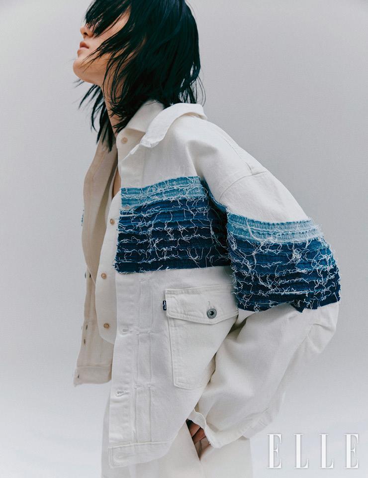 다양한 채도의 데님 라인으로 스트라이프를 표현한 화이트 데님 재킷은 24만9천원, Levi's. 화이트 셔츠는 73만원, Gucci. 브라톱은 가격 미정, Nike. 화이트 레더 쇼츠는 4백39만원, Valentino.