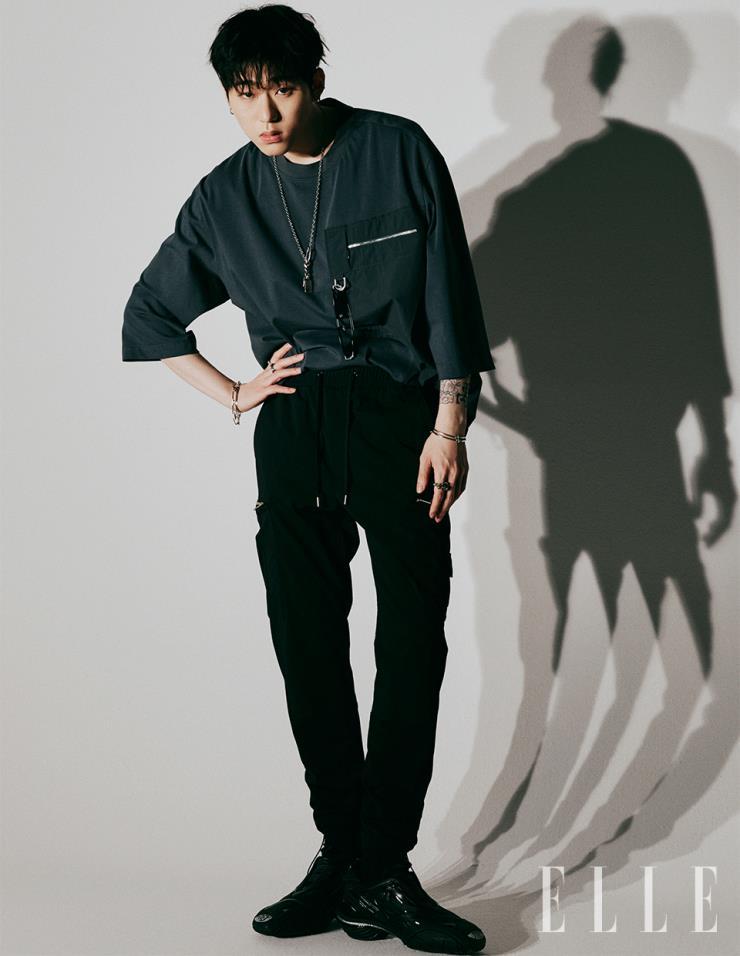 애시 그레이 컬러 티셔츠, 블랙 조거 팬츠는 모두 System Homme.