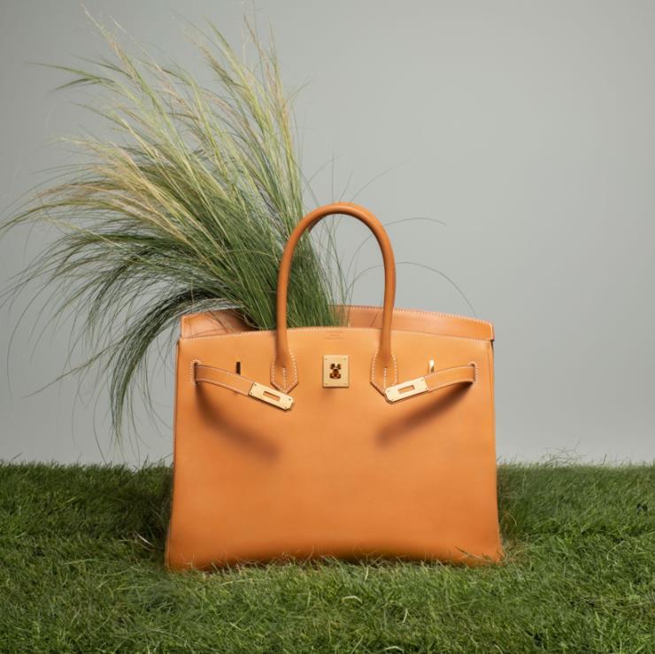 에르메스를 대표하는 가방이자 많은 물건이 들어가는 실용성으로도 유명한 버킨 35, 1천6백만원선, 에르메스