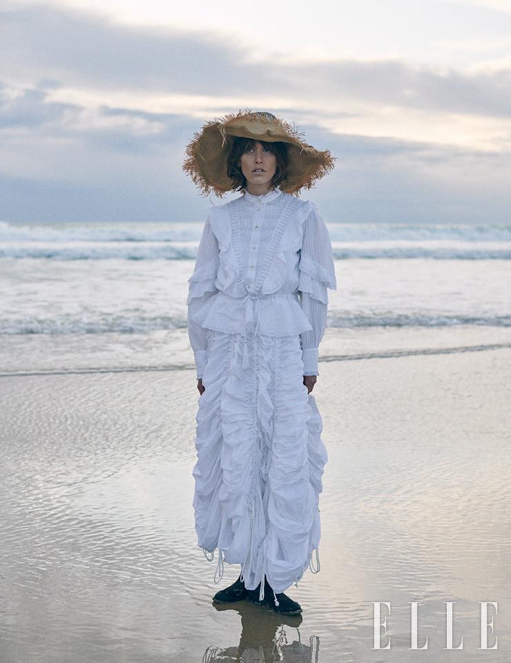 프릴 장식의 레이스 셔츠는 590유로, Etro. 플리츠스커트는 1137유로, Norma Kamali. 슈즈는 가격 미정, Mezcalero. 빈티지한 디자인의 모자는 에디터 소장품.