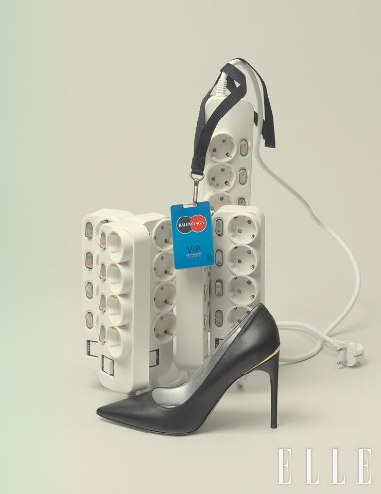 출입증 모티프의 네크리스는 가격 미정, Balenciaga. 블랙 스틸레토 힐은 가격 미정, Givenchy.