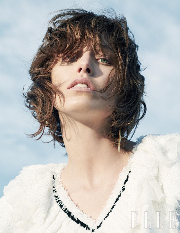 브이넥 드레스는 가격 미정, Chanel. 드롭 이어링은 590유로, Alexander McQueen.