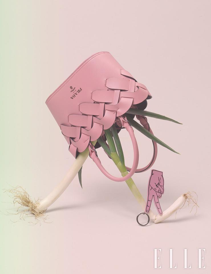 위빙 디테일을 가미한 토트백은 가격 미정, Prada. 손가락 모양의 키홀더는 4만5천원, Vunque.