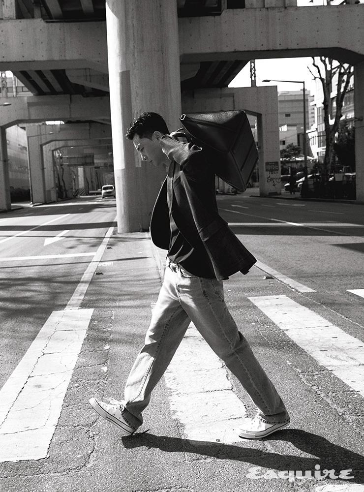 실용적인 사이즈로 일상생활이나 여행을 위한 마이스터스튁 소프트 그레인 스몰 더플 백 172만원 몽블랑. 재킷 폴로 랄프 로렌. 니트 톱 르메르. 데님 팬츠 스타일리스트 소장품. 스니커즈 캔버스.