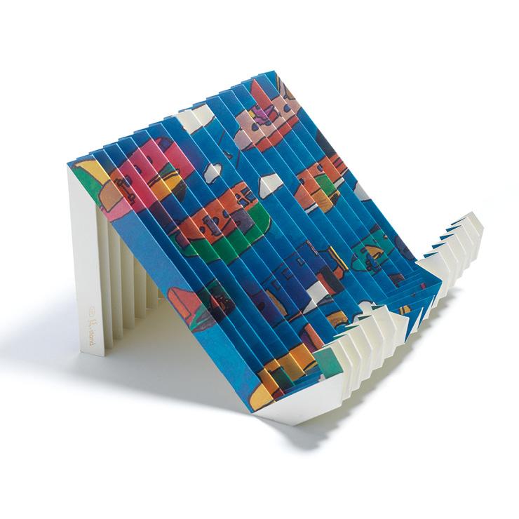 공정 과정에서 단 한 그루의 나무도 베지 않는 친환경 재생 종이로 만든 'G스탠드 아트 에디션'. 한 장의 종이가 5kg 이내의 책과 노트북을 거뜬히 버텨낸다. 그레이프 랩은 발달장애 아티스트와 협업해 상생 범위를 확장시킨다. 비행기가 떠 있는 푸른 하늘 그림은 신승호 작가의 솜씨. 2만1천원, Grape Lab.