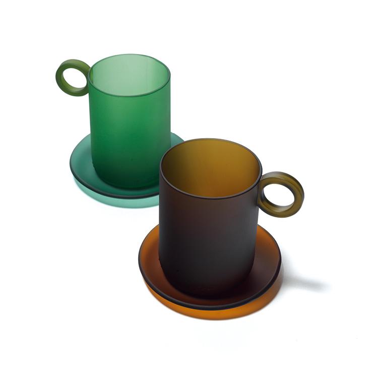 업사이클링 브랜드 리:보틀 메이커의 '리:엔티크 시리즈'는 폐유리병으로 만든 잔과 디저트 볼, 화병으로 구성된다. 매끈한 무광 표면과 유려한 곡선에서 10년 넘게 유리를 매만져온 박선민 작가의 내공이 느껴진다. 컵과 소서 세트는 7만6천원, Re:Bottle Maker.
