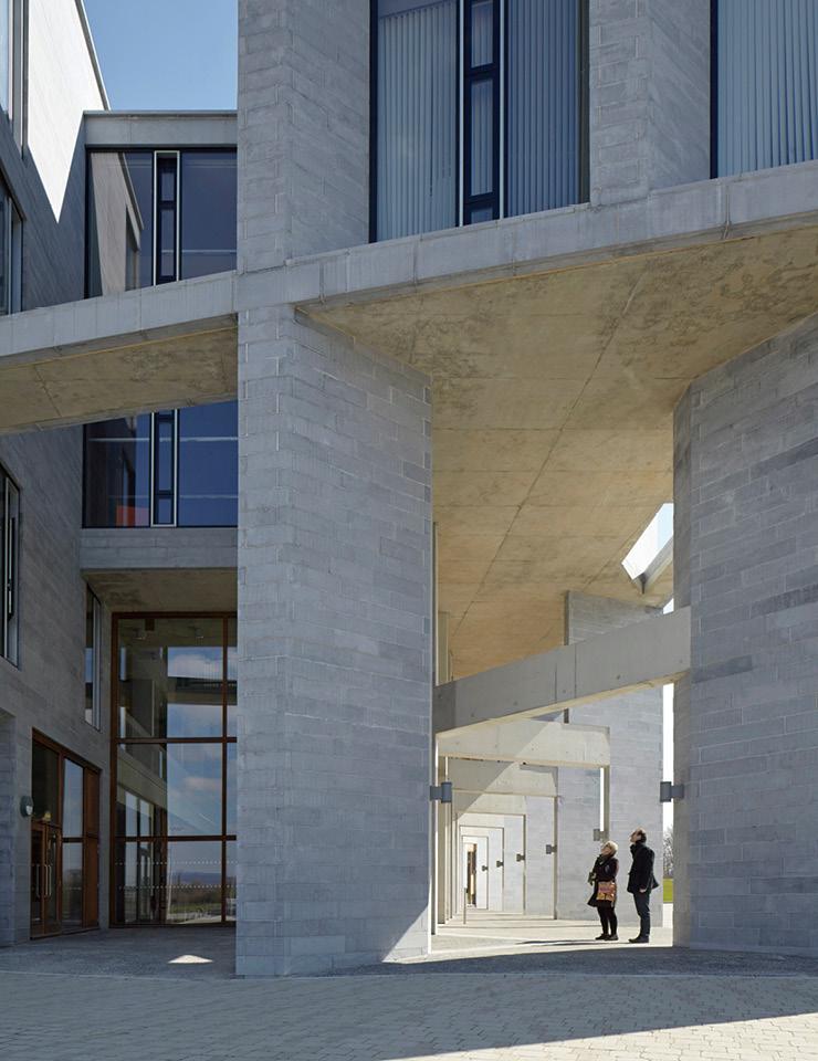 유텍 대학교(페루 리마, 2015) 아찔한 해안 절벽과 고속도로, 주택가에 모두 접한 장소에 세워진 건축물. 걸출한 관찰력과 아이디어를 통해 지형적 특성과 기후 조건에 모두 대응하고 어우러지는 독특한 트임식 얼개의 건축물로 완성됐다.