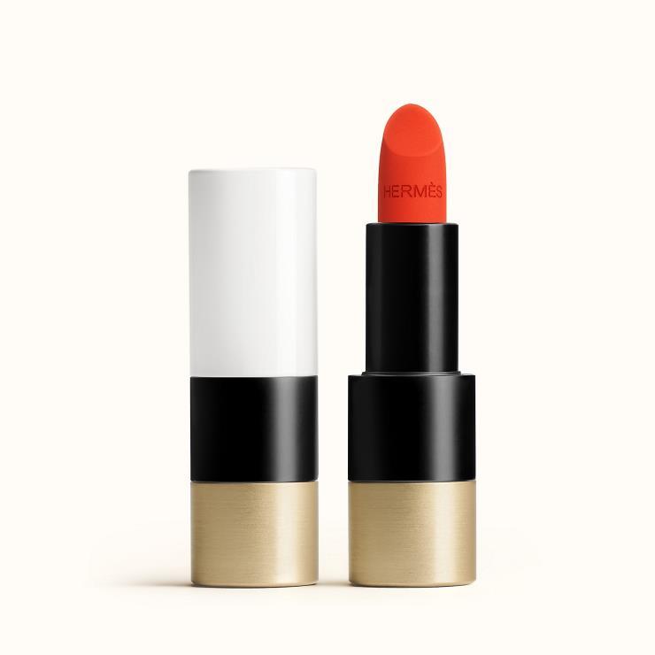 얇게 발리기 때문에 주름이 부각되지 않는 루즈 에르메스 매트 립스틱, 53 루즈 오랑쥬, 8만8천원, Hermes.