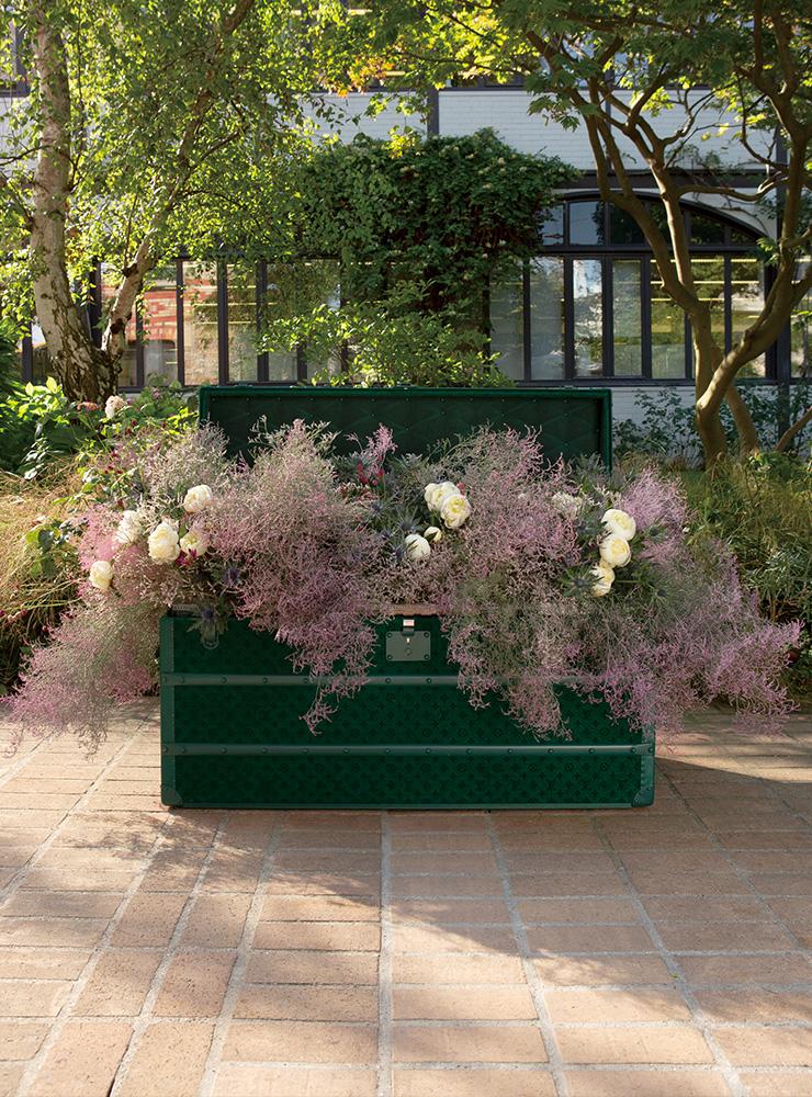 아니에르에 위치한 비통 가문 저택의 정원과 어우러지는 현대식 플라워 트렁크 역시 160여 년의 역사를 지닌 이곳 공방 장인들이 제작했다.