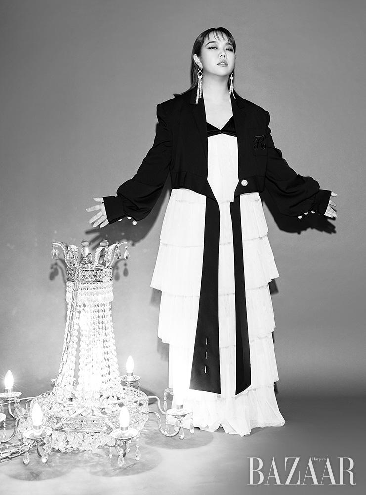 재킷, 티어드 드레스는 모두 Romanchic. 귀고리는 Magda Butrym.