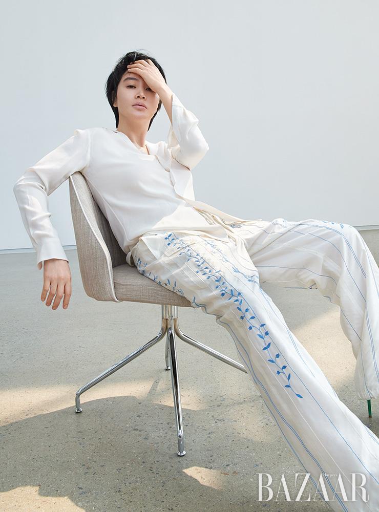 블라우스, 팬츠는 모두 Ralph Lauren Collection.