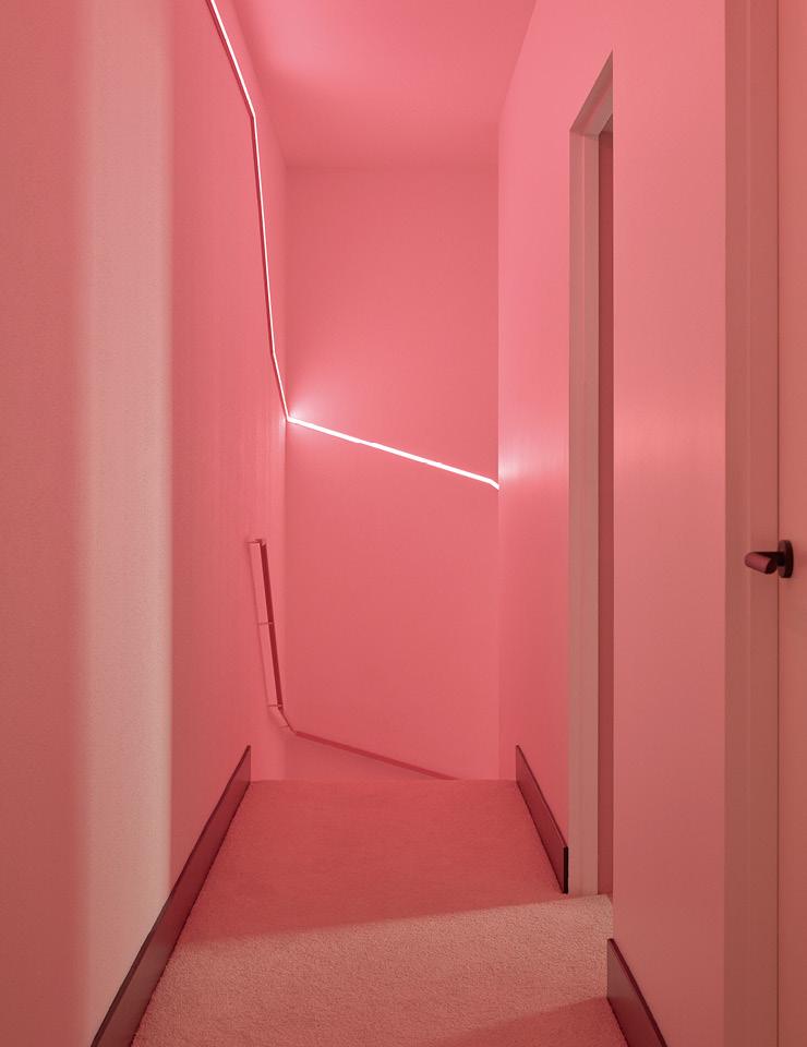 별채의 계단을 따라 LED 조명 띠가 설치돼 있다. 듀럭스(Dulux) 페인트 '올스에이스' 라인 제품으로 칠한 벽과 카펫의 색에 맞춰 LED 조명도 핑크색으로 선택했다.
