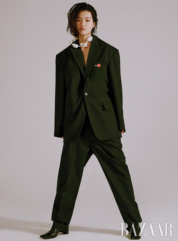 재킷, 팬츠, 앵클부츠는 모두 Balenciaga. 목걸이는 1백20만원대 Prada.