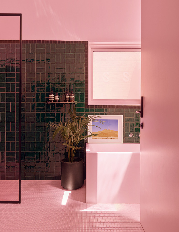 핑크빛 색유리와 샤워 파티션이 욕실을 장밋빛으로 물들이면서 그래픽 패턴으로 배열된 짙은 황록색 타일과 좋은 대조를 이룬다. 타일은 파이어드 얼스(Fired Earth) 제품.