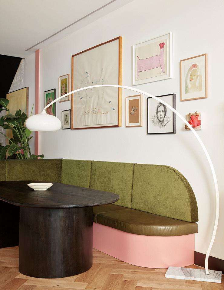 현지 가구 제조회사인 체어 보이(Chair Boi)에서 제작한 재생 원목 식탁이 가죽과 벨벳으로 된 긴 의자와 함께 놓여 있다. 이 의자는 인스타그램에서 베벌리힐스 호텔 레스토랑의 테라스를 보고 영감을 얻어 제작했다. 함께 있는 1970년대식 스탠드는 온라인 경매회사 파모노(Pamono)를 통해 구입했다.