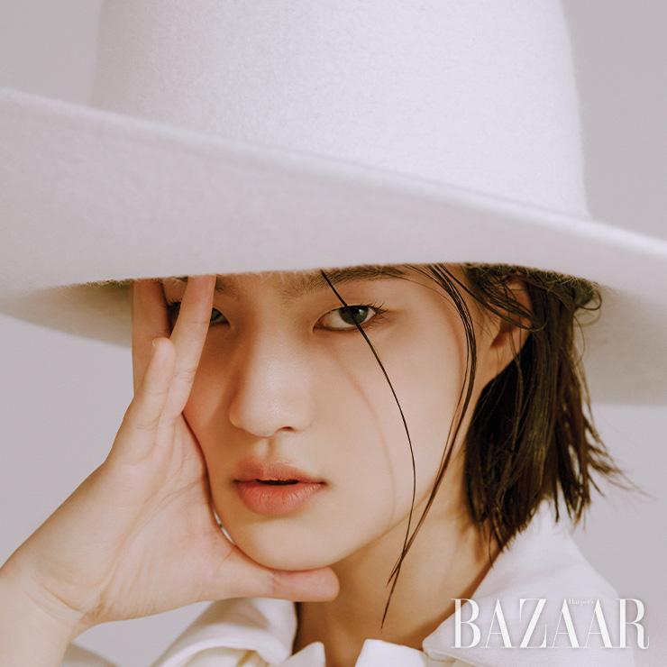 모자는 2백50만원 Nina Ricci by Hanstyle.com. 드레스는 Louis Vuitton.