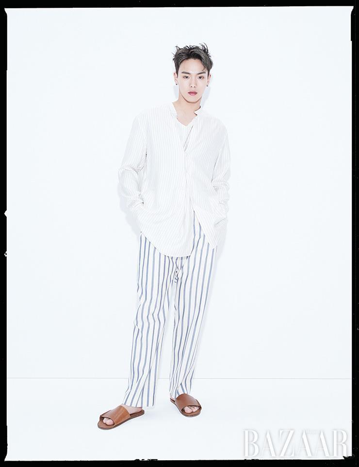 셔츠, 팬츠는 모두 Kimseoryong Homme. 반지는 Chrome Hearts. 슬리퍼는 Cos.