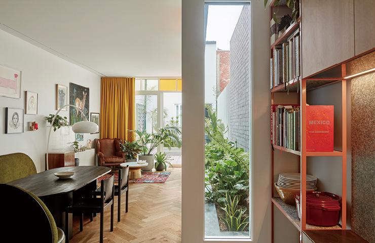 특색 있는 거실 공간의 주인공은 바로 주문 제작한 가구들이다. 거실 한쪽 구석에는 웨스트 엘름(West Elm)의 빈티지 가죽 소파와 대리석 상판 테이블을 놓아 아늑하게 꾸몄다.