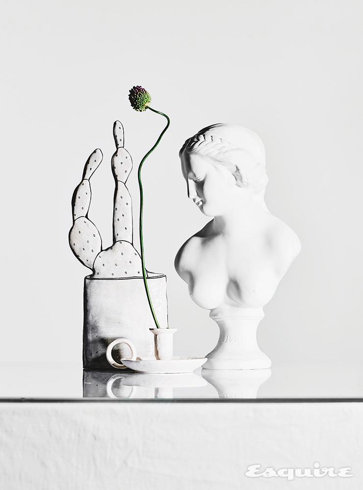 하얀색 도자에 선으로 선인장을 그려 넣은 오브제 30만원 김지현 by 이노메싸. 줄기를 자유로이 굽힐 수 있는 꽃 알리움을 꽂은 세라믹 캔들 홀더 2만7000원 자라홈. 석고상 모양 화병 4만4000원 페이퍼 가든.