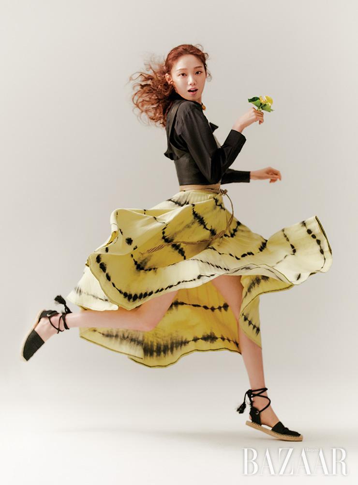 셔츠, 베스트, 타이다이 스커트, 진주 초커, 벨트, 스트랩 샌들은 모두 Dior.