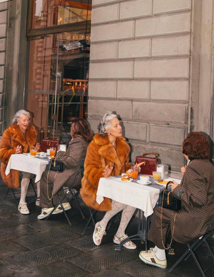 우연히 마주친 닮은 꼴의 두 사람이 같은 신발을 신고 있다면? '우연히 마주친 도플갱어' 컨셉트의 구찌 '테니스 1977' 캠페인 이미지