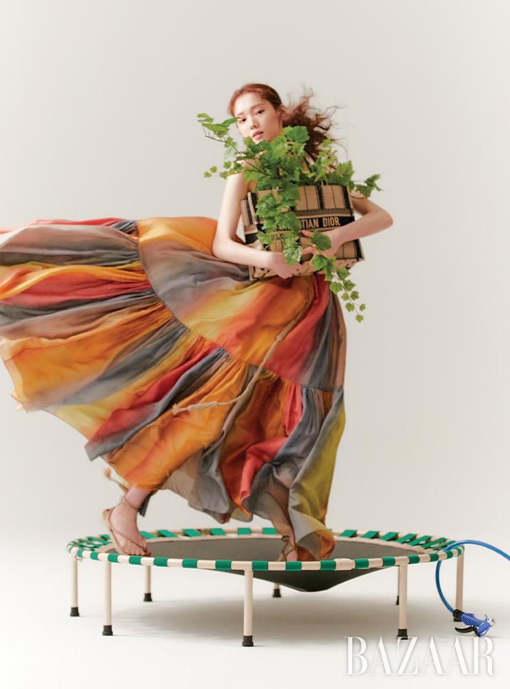 멀티 컬러 드레스, 북 토트 자수 스몰 백, 벨트, 스트랩 샌들은 모두 Dior.
