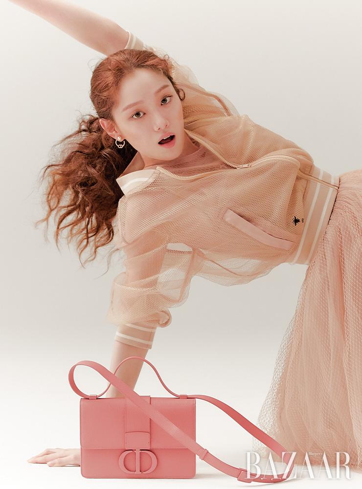 메시 재킷, 이너로 입은 브라 톱, 슬리브리스 톱, 샤 스커트, 귀고리, 30몽테인 매트 블러쉬 플랩 백은 모두 Dior.