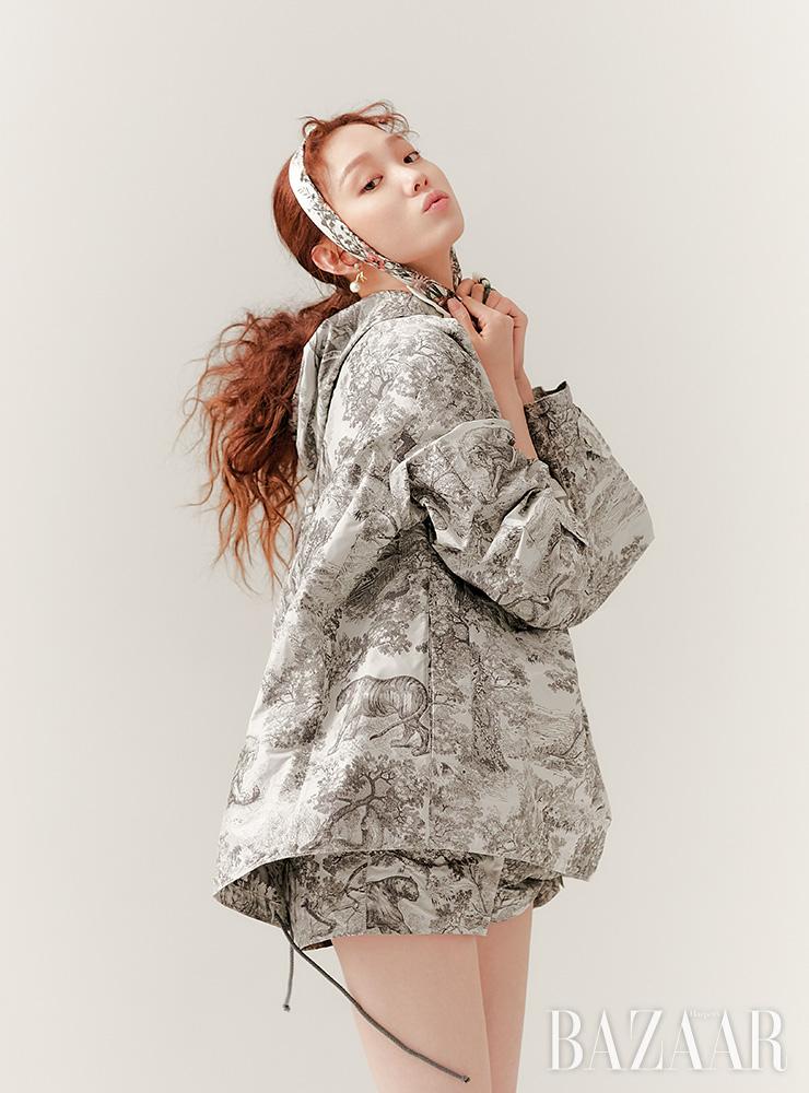 트왈드주이 프린트의 아노락, 쇼츠, 머리에 두른 스카프, 귀고리는 모두 Dior.