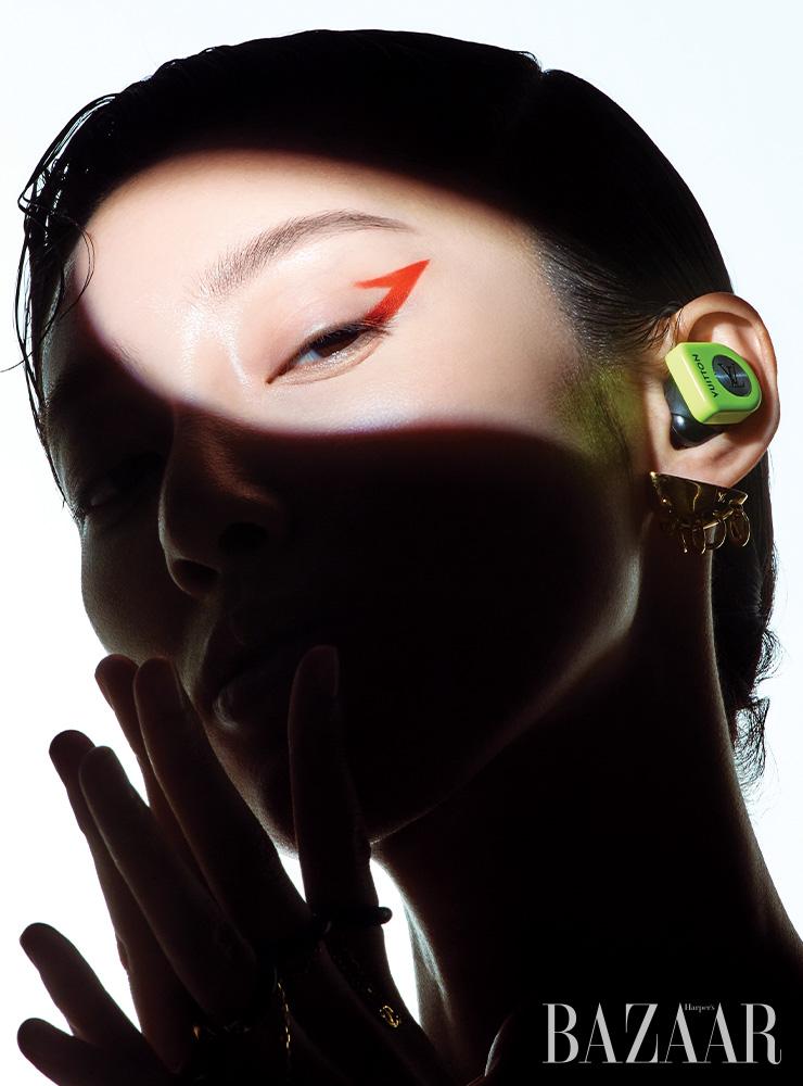 바이오닉 링 장식의 귀고리, 호라이즌 이어폰은 모두 Louis Vuitton.